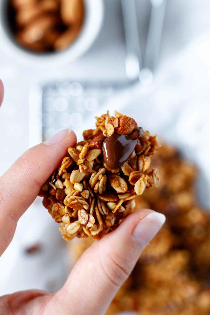 Mandelgranola Chunk Nahaufnahme mit flüssiger Schokolade