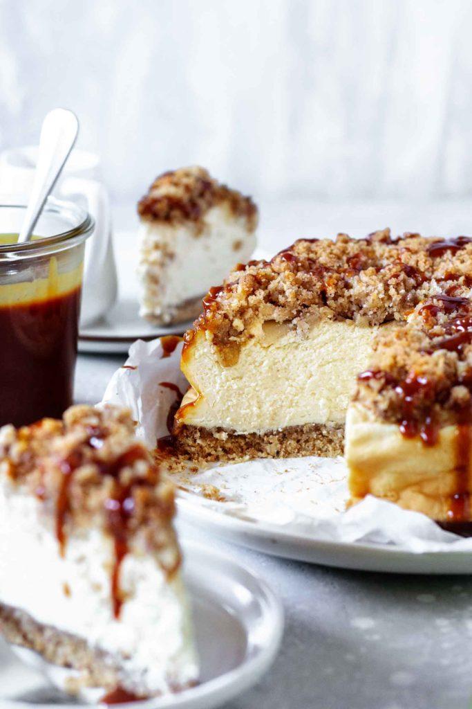 Nahaufnahme des aufgeschnittelnen Apfel-Streusel Cheesecake