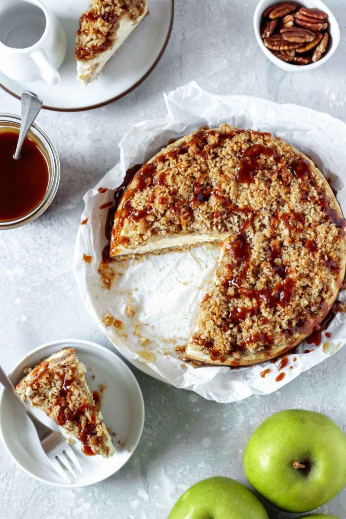 Vogelperspektive des cremigen Apfel-Streusel Cheesecakes getopped mit selbstgemachter Karamellsauce