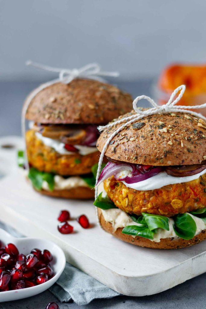 Nahaufnahme der Veggie Kürbis-Hummus Burger