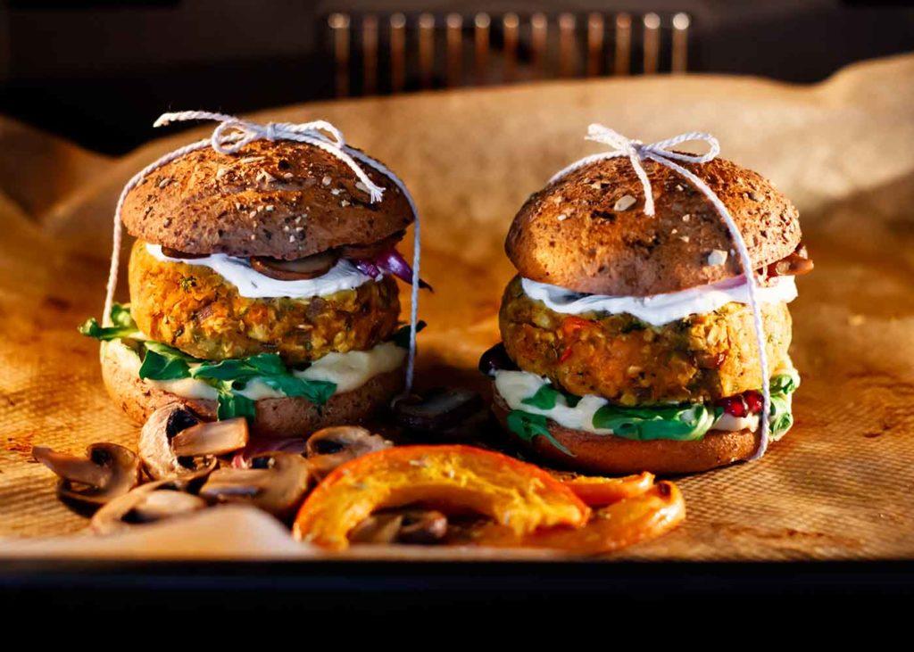 knuspriger Kürbis-Hummus Burger im Ofen mit Champions und Kürbisspalten