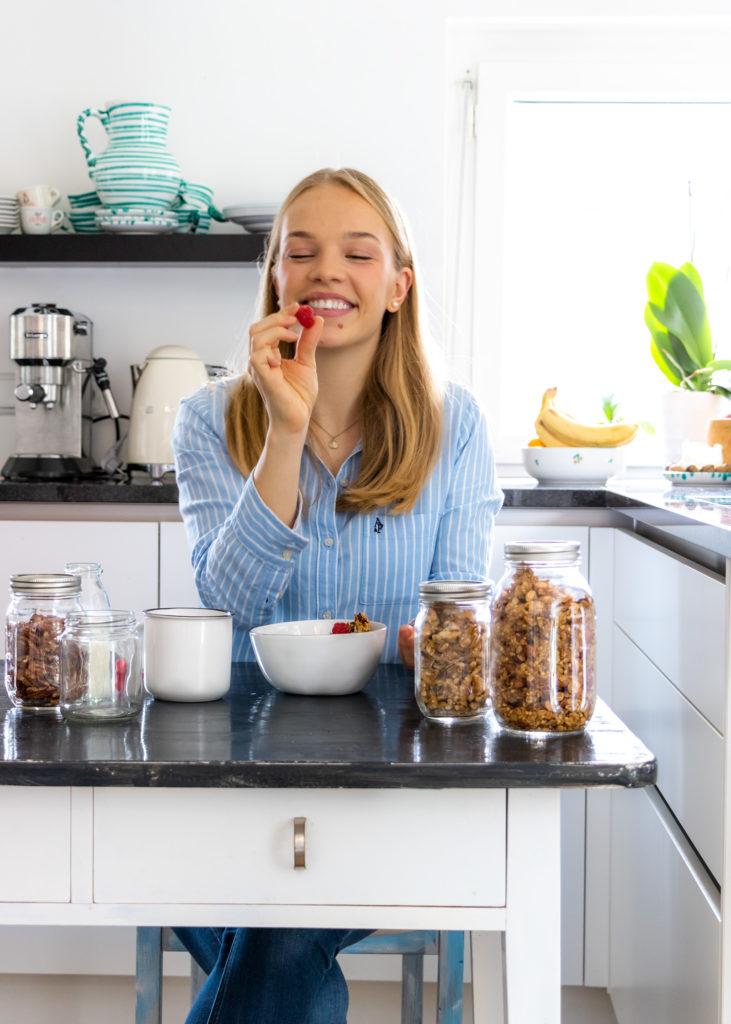 Vicky von Call it Delicious sitzt in der Küche, bereitet gesundes, selbst gemachtes Granola zu
