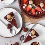 Vogelperspektive der angeschnittenen Valentinstart mit Schokolade, Himbeere und fruchtigem Topping