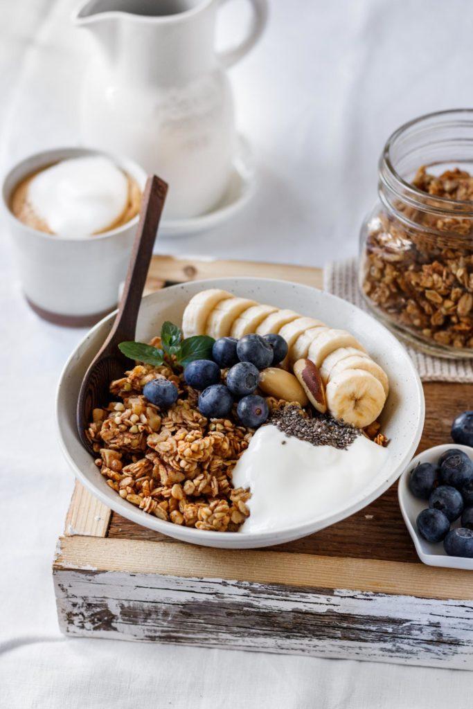 Frühstück im Bett, Bananenbrot Granola Rezept serviert mit Cappucino