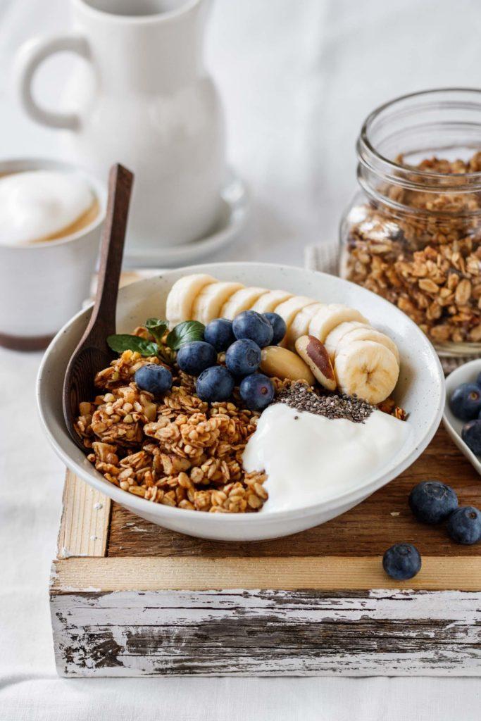 Knuspriges Bananen-Granola mit Joghurt und Früchten, Vickys Healthy Dreams