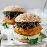 Veggie-Burger mit Süßkartoffel-Patty, serviert mit Rote Beete Chips, Vickys Healthy Dreams