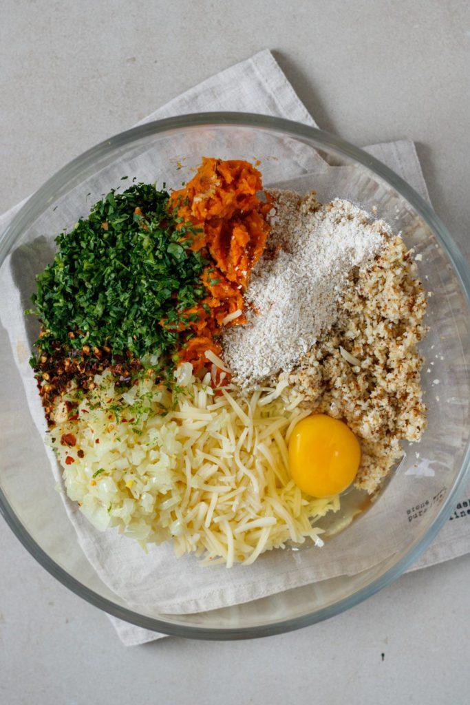 Zutaten der Burger-Patties mit Süßkartoffel, Karfiol, SalzburgMilch Emmentaler und Chilli, Vickys Healthy Dreams