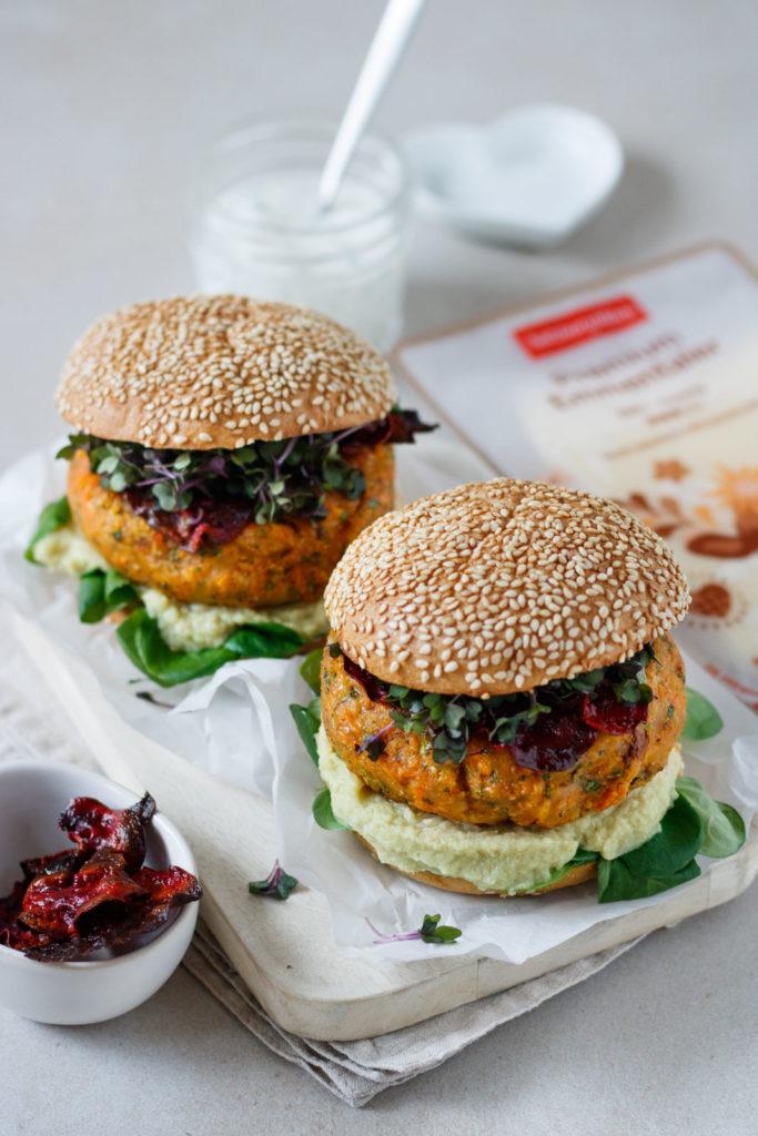 Gesunder Veggie Burger mit Premium Emmentaler von SalzburgMilch, Rote-Beete-Chips und Dip, Vickys Healthy Dreams
