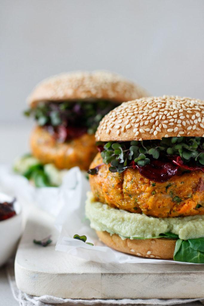 Kross gebackene Burger Buns mit Hummus, Vogerlsalat, knuspriges Veggie-Laibchen und Kresse, Vickys Healthy Dreams