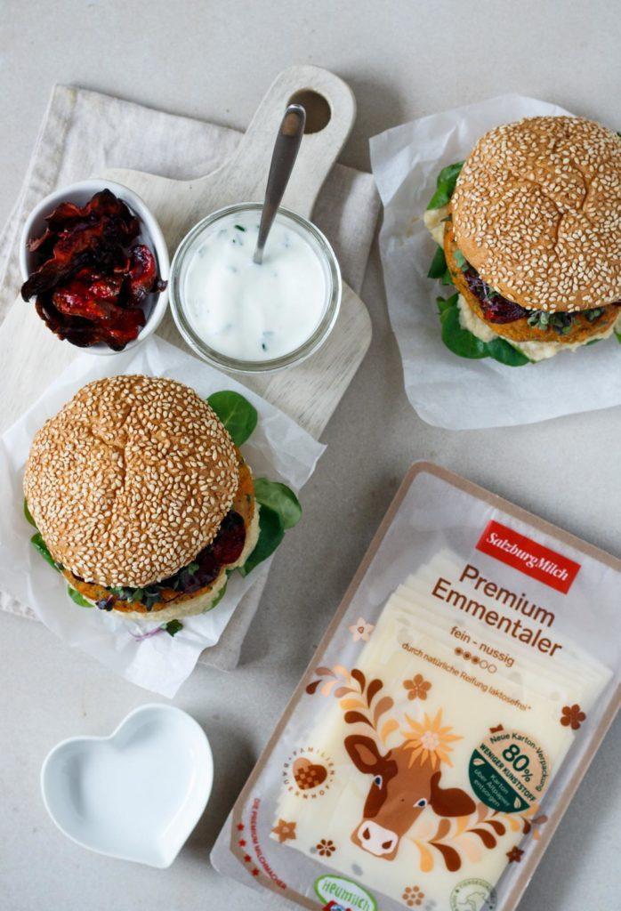 Vegetarischer, fleischloser Burger mit Süßkartoffel-Emmentaler Laibchen, Rote Beete-Chips & Sauerrahm Dip, Vickys Healthy Dreams