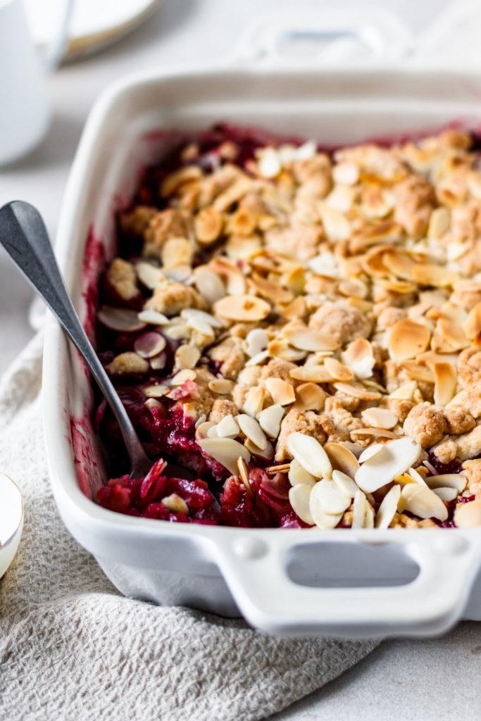 Beeren-Crumble heiß aus dem Ofen mit Vanilleeis, Erdbeer Dessert, Erdbeer Rezept, Nachtisch Rezepte einfach, Vickys Healthy Dreams