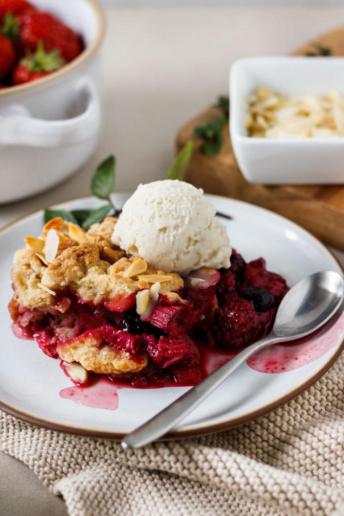 Beeriger Crumble mit gerösteten Mandeln und Vanilleeis, schnelles Desserrezept, einfaches Desserrezept, Vickys Healthy Dreams