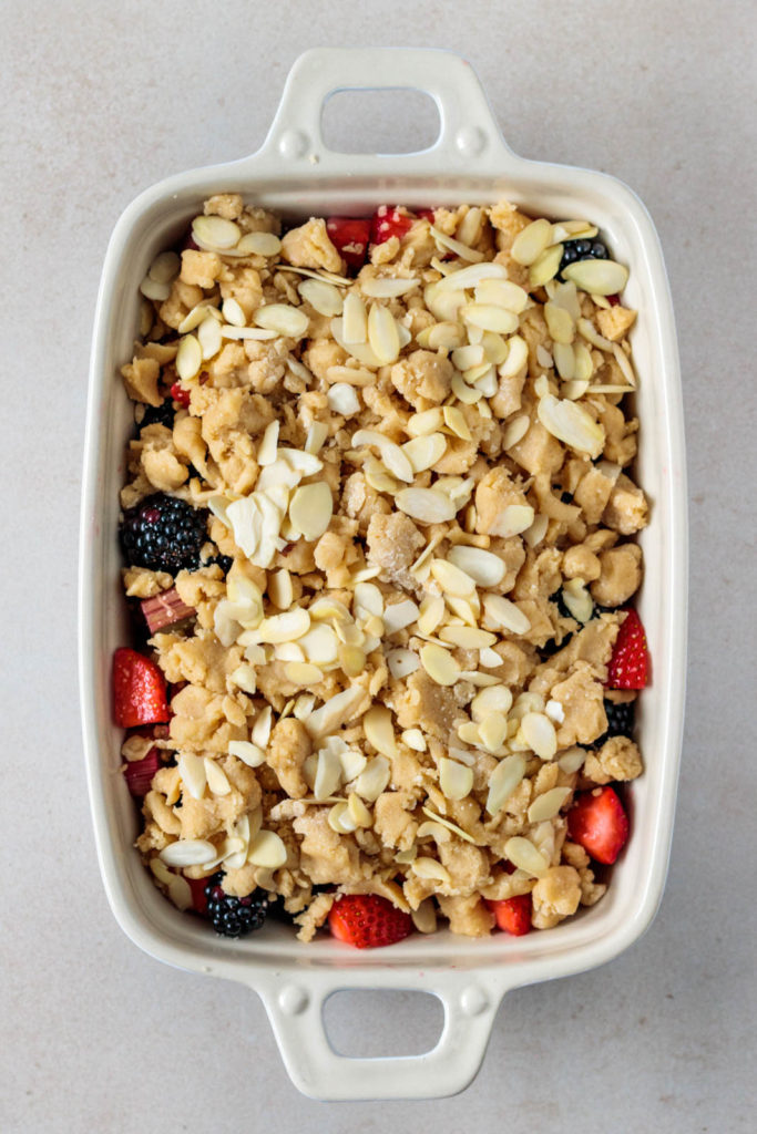 Erdbeer Crumble mit knusprigen Vanille-Zimt Streuseln und gerösteten Mandeln, Vickys Healthy Dreams