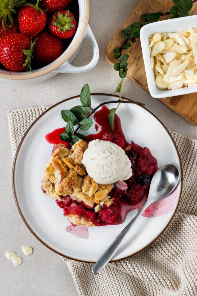 Beeren Crumble mit Vanille-Knusper-Streusel, einfaches Dessert, einfaches Sommerrezept, sommerlicher Nachtisch, schnelles Dessertrezept, Dessert Erdbeeren, Vickys Healthy Dreams
