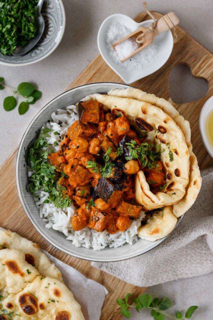 Veganes Curry Rezept mit Melanzani und Kichererbsen, serviert mit Reis, Naan Brot und Kartoffeln, Vickys Healthy Dreams
