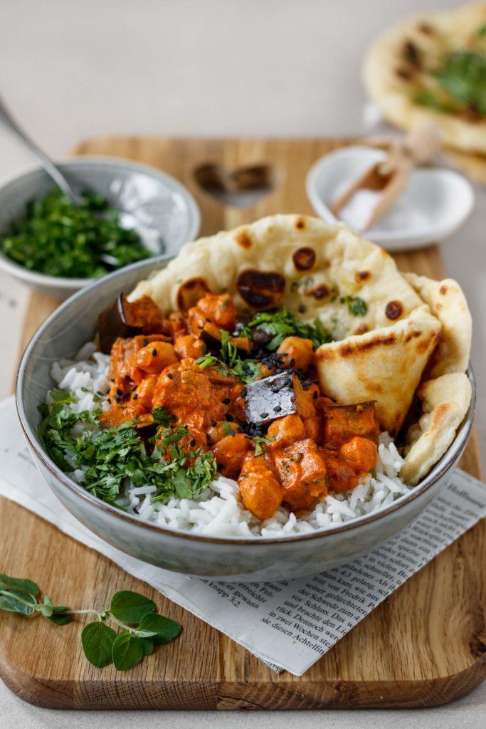 traditionelles Curry mit Melanzani, Kichererbsen und köstlichen Gewürzen, serviert mit Reis und Naan Brot, Oberginen Curry, Vickys Healthy Dreams