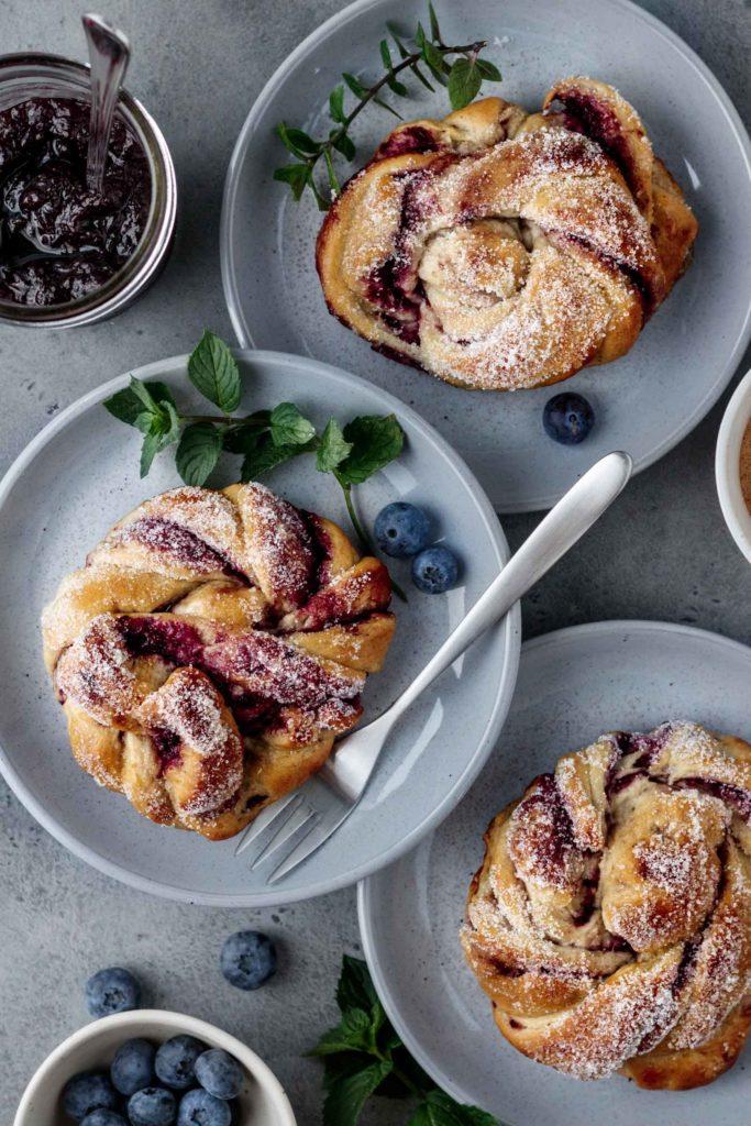 Kanelbullar, traditionell schwedische Zimtschnecken neu interpretiert mit Heidelbeeren und Vanillecreme, Vickys Healthy Dreams