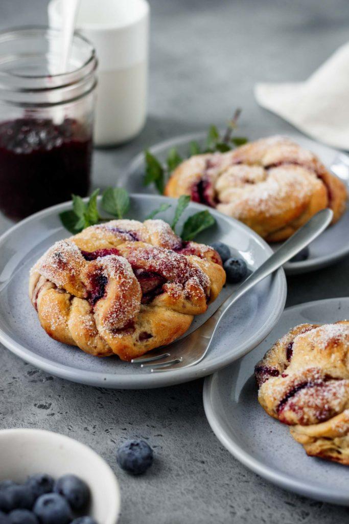 Selbst gemachte schwedische Zimtschnecken mit köstlicher Heidelbeerfüllung, Kanelbullar Rezept, fruchtiges Zimtschnecken Rezept, Vickys Healthy Dreams