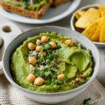 Besonders cremiger Avocado-Hummus serviert mit Cracker, und auf Vollkornbrot, Vickys Healthy