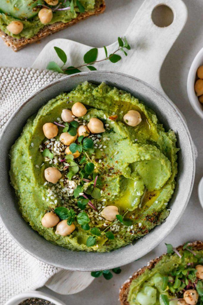 Das beste Hummus Rezept serviert in einer Schale und auf Vollkornbrot, Vickys Healthy Dreams
