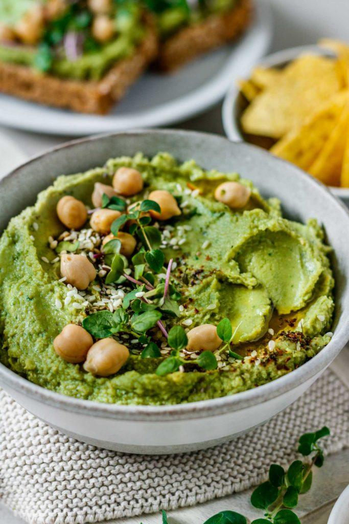 Cremiger, grüner Hummus mit Avocado, Spinat und frischen Kräutern, gemacht mit Tahini, Vickys Healthy Dreams