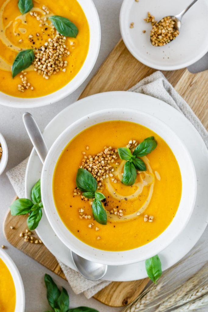 Besonders cremige Karottensuppe mit Buchweizenkrokant und Cashewcreme, vegan und einfach, Vickys Healthy Dreams