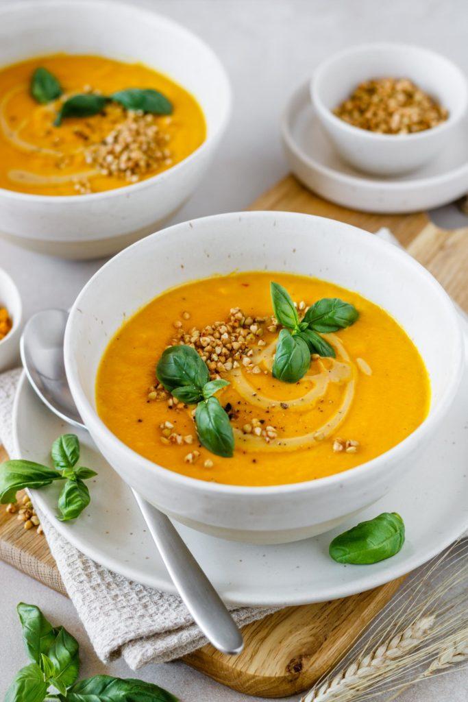 Vegane Karotten Kokos Suppe mit Buchweizenkrokant und Cashewcreme serviert, Vickys Healthy Dreams