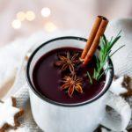 Winterlicher Orangen Beeren Punsch mit Zimtstange, Sternanis und Rosmarinzweigen geschmückt, Vickys Healthy Dreams